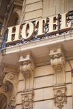 Hotel - Gebäude mit Schild in Paris