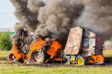 Brand eines Traktors mit Anhänger