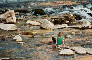 adolesciente gioca sull'acqua