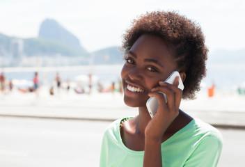 Junge Brasilianerin telefoniert in Rio de Janeiro