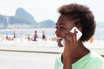 Brasilianerin in Rio de Janeiro am Telefon