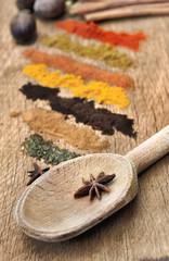 anis et épices en poudre sur bois