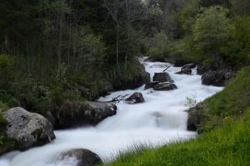 fiume di montagna cascate
