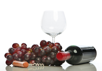 Rotwein mit Glas und Weintrauben