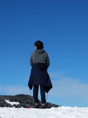 randonneuse regardant le paysage