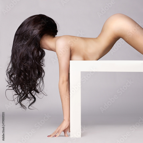 Aluminium Akt Elegant naked lady with long healthy hair