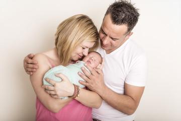 Newborn Familien kuschelt mit Baby