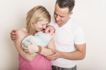 Newborn Familien Baby gähnt
