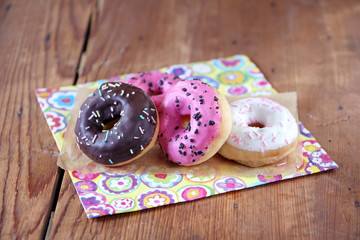bunte donuta auf farbiger serviette