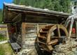 Mühlenrad mit Hütte im Gebirge