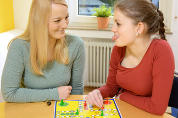 Freunde spielen Brettspiel als Gesellschaftsspiel