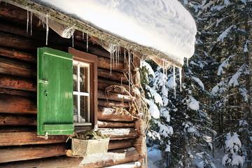 Skihütte im Winter tief verschneit