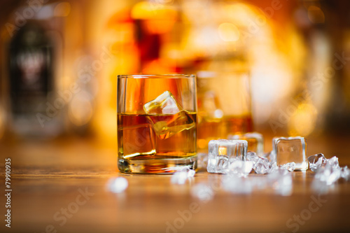 Whiskey drinks on wood - 79910935