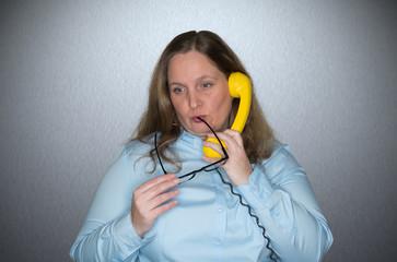 Verliebte Frau am Telefonieren