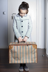 Niña con maleta en mano vuelve arrepentida a casa