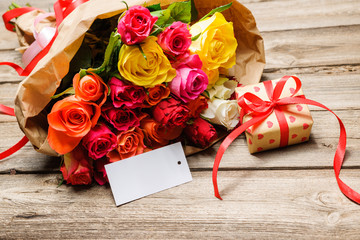 Blumenstrauß mit einem Geschenk