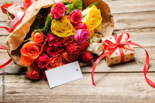 Leinwanddruck Bild Blumenstrauß mit einem Geschenk