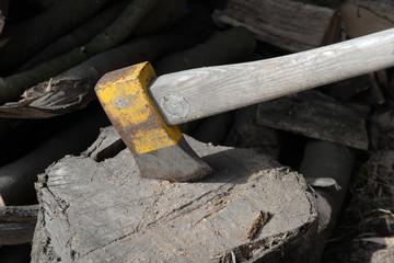 Axt mit Brennholz