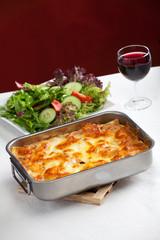 Auflaufform mit Lasagne und Salat