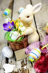 Osterkörbchen mit frischen Blumen
