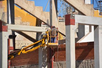 soldador trabajando en una estructura