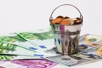 купюры евро, доллары и ведро с российскими деньгами