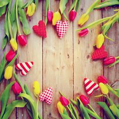 Grußkarte - Tulpen und Herzen auf Holz