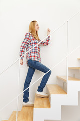 階段と白人女性