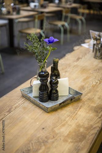 Tischdekoration Restaurant mit Besteck - 79940178