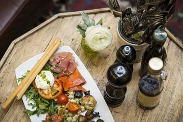 Vorspeisenteller im Restaurant mit italienischer Antipasti