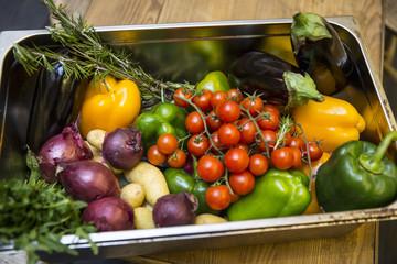 Korb mit Gemüse (Tomaten, Zwiebel, Paprika, Kräuter…)