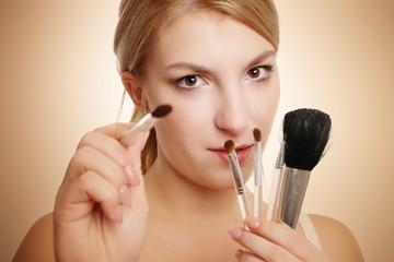 blonde Frau mit Makeup Pinsel
