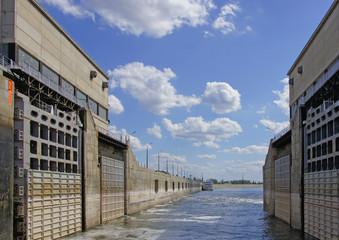 Открытые ворота речных шлюзов