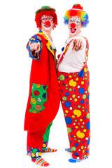 zirkusclowns zeigen mit dem finger