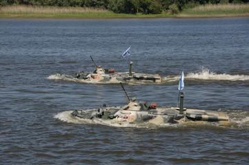 Парад военно-морского флота в Астрахани. Плывущие БТРы