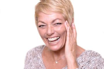 Lachende zufriedene ältere Frau