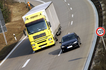 Auto überholt LKW