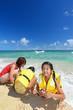 南国沖縄のビーチで遊ぶ親子