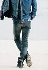 Atractivo hombre joven de espalda