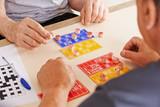 Alte Männer spielen Bingo zusammen