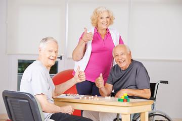 Senioren im Pflegeheim halten Daumen hoch