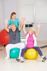 Zwei Senioren machen Sport bei der Reha
