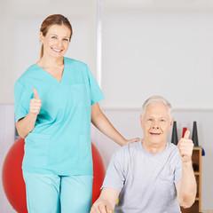 Physiotherapeut und Patient halten Daumen hoch