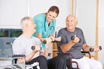 Senioren im Rollstuhl trainieren mit Hanteln
