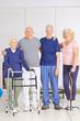 Alte Männer und Frauen im Pflegeheim