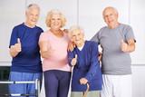 Zufriedene Gruppe Senioren hält die Daumen hoch
