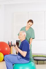 Mann bei Physiotherapeutin in der Praxis