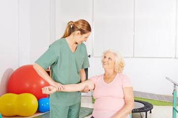 Frau mit kranker Schulter bei Physiotherapie