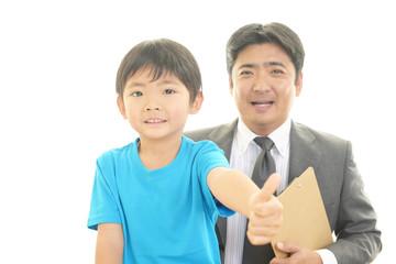 笑顔の先生と男の子