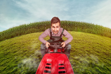 Mann auf Rasenmäher